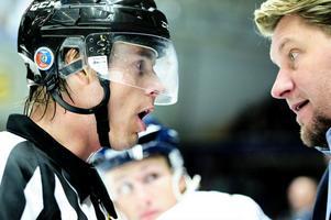 Leksandstränaren Andreas Appelgren diskuterar med domaren Mikael Andersson i derbymatchen mot Mora den 29 september.