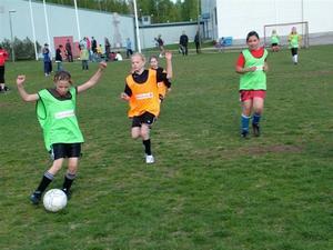 Summer Girls målglada tjejer är på väg fram mot Jernvallsproffsens mål, där Astrid Olsson endast släppte in ett mål i andra halvlek. Första matchen i Swedbankligan slutade 3–0.foto: kaj annebrant