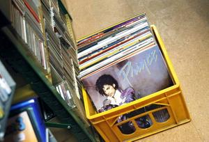 NYTT OCH GAMMALT. Här finns både nytt och begagnat och en hel del vinylskivor.