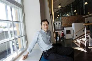 Brian Palmer bor sedan mitten av 2000-talet i Sverige. Några år tidigare undervisade han vid Harvarduniversitetet. Under den tiden så iscensatte några av hans studenter en aktion i civil olydnad på skolan.Studenterna blockerade våren 2001 i tre veckor rektorns kontor i protest mot att städare och vakter på skolan fick dåligt betalt. Protesterna fortsatte och bland annat Matt Damon och Ben Affleck engagerade sig.I juni 2002 höjdes städarnas och vakternas löner.
