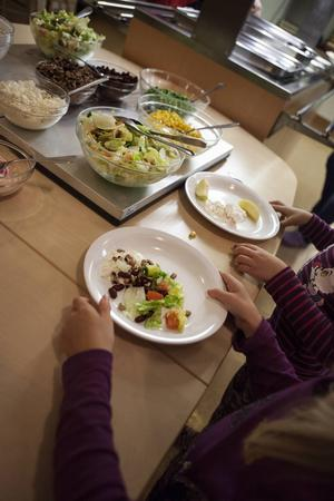 På Hovs skola i Alsen är salladsbuffén ett uppskattat inslag.