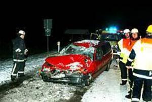 En familj med två vuxna och två barn skadades när deras personbil rände rakt in i en parkerad långtradare från Danmark. FOTO: LASSE HALVARSSON