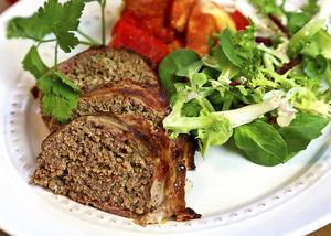 Baconlindad köttfärslimpa blir saftig till och med utan sås. Glutenfri och lätt LCHF-anpassad så när som på potatisen.