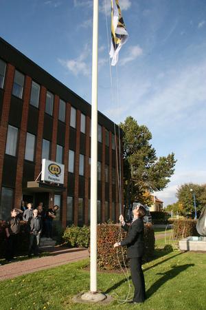 VD Eckhard Eriksson såg till att den nya flaggan hissades upp i flaggstången.