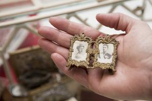 """Antikvitet. En riktig miniatyrram på gamla kungen och hans första hustru. """"Den har stått framme någonstans."""""""