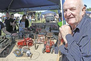 Modellbyggare Bengt Carlbinder på plats med ett urval av sina veteran-modeller som han bygger själv från grunden.