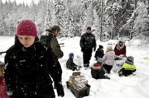 Vårstart.  Maaike Schous lockade med pulkaåkning och korvgrillning vid Hurtigtorpet med syfte Bergslagsscouterna ska växa. Foto: Michael Landberg