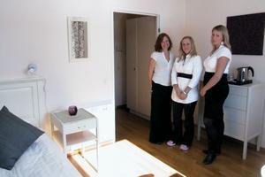 Maja Henning, Anna Åkerman och Marie Wikman från högskolan i Jönköping har varit med och inrett det rum, som kommer att stå som modell för övriga rum i hälsohotellet.