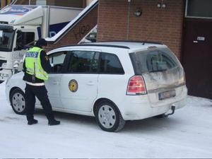 Parkeringsvakter brukar normalt skriva ut böter. Men på i går morse fick en parkeringsvakt ta emot en böteslapp efter att ha kört på en bussgata.