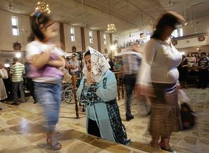 Hur länge till? Gudstjänst i Iraks huvudstad Bagdad. Kristendomen har funnits i Irak längre än i Sverige. Arkivbild: Hadi Mizban/TT-AP