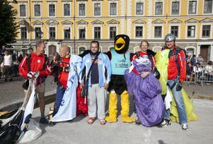 Fallskärmshoppare, en kulstötare och en tjäder. Från vänster: Magnus Falk, Mikael Andersson, Jimmy Nordin, en tjäder, Sven Pettersson och Jens Grahn.