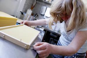 Vaxpapper smälts fast i ramen med hjälp av strömmen från ett bilbatteri.