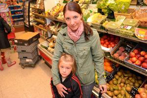 Susanne Andersson med sin dotter är två stamkunder på Handlar'n som, mer eller mindre, resten av byn.
