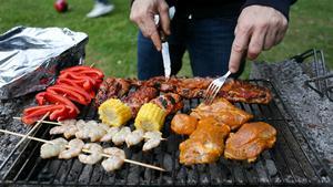 Njut av sommaren fullt ut och se till att inte kasta bort den i ett alldeles för varmt kök. Flytta ut matlagningen i trädgården i stället.