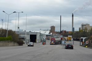 En av de två tankbilarna kör in genom grindarna till Tunadalshamnen vid 14-tiden på fredagen.