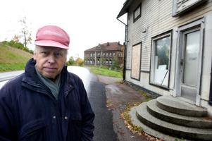 Lars Andersson står utanför en av de få hus som finns kvar i Islingby, före detta Mattssons Livs. I bakgrunden den gamla skolan som nu rivs. Intill skolan låg Konsumbutiken och mitt emot Cedergrens diversehandel. I Islingby fanns också tidigare bland annat både café och damfrisering.