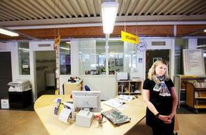 Snart går en era i graven. Lugnviks bibliotek har lånat ut böcker till Lugnviksbor i flera decennier. Men nu får bibliotekarien Kristina Hedlund snart packa ihop sina saker.Foto: Håkan Luthman