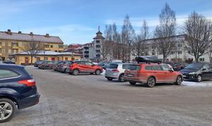 Många leksandsbor vill ha kvar parkeringen på Torget.