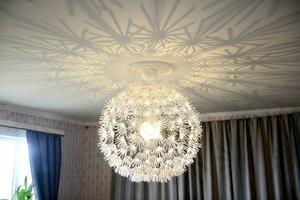 Lampan Maskros från Ikea gör spännande mönster i taket på den gamla salen.