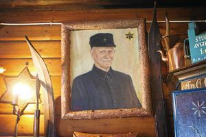På en vägg hänger ett porträtt av Joel Sjöberg som var ordförande i föreningen i 41 år.