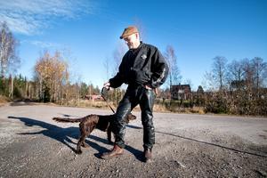 Rauno Korkiakoski tog sig ut tillsammans med hunden Milou, en treårig Wachtelhund. Vid korsningen på bilden delade de misstänkta brottslingarna upp sig – en körde höger mot järnvägen och två svängde vänster.