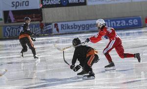Svartdressade Kuzbass hade både spelet och flytet när de försvarade sin cuptitel. Här i semifinalen mot Sibselmash blev det rediga 7–1. Men i finalen knappa 2–1 mot Vetlanda.