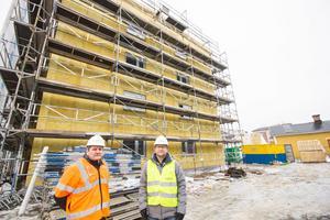 Jan Näslund, vd för Gamla Byn, och Anders Löfberg, projektledare på Gamla Byn, gör en inspektion av Annexgatan i Krylbo.