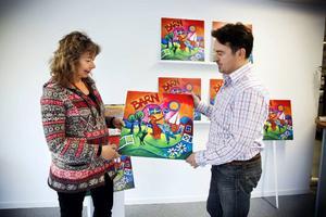 Konstnären Ingrid Roth tillsammans med Björn Wahlgren på skyltfirman Grissly hoppas kunna sälja 16 000 tavlor över hela landet. Nästa steg blir en lansering i Norge.