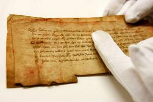 Konungabrevet från 1371 är landsarkivets äldsta handling med koppling till Jämtlands län. Kungörelsen säger att Håkon IV skänker mark till Peder Alexandersson i Lockne socken. Eftersom det inte fanns någon produktion av papper i Norden vid den här tiden så tillverkades pergament av skinn.
