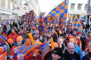 Livat på gatorna i Uppsala 2011 när Bollnäs supportrar tågade mot den näst sista (?) SM-finalen på Studenternas IP. En fest som färgade en hel stad i flera dagar, inte bara en parantes i en huvudstad.