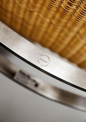 Om möbelklassikern är äkta har den oftast försetts med en stämpel. Som den här rottingfåtöljen av Poul Kjærholm.