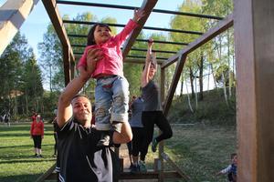 Fatima häver sig fram med hjälp av pappa.