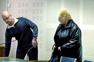 När åklagaren meddelar den 46-åriga kvinnan från Holland vad hon är misstänkt för fnyser hon till.  -Min klient är näringsidkare och har legetima skäl att besöka Sverige, säger hennes advokat Johan Mellgren.