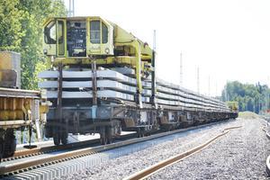 Det behövs många betongslipers i botten när järnvägsspåren ska läggas.