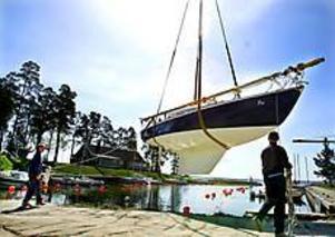 Foto: LEIF JÄDERBERGPremiärdopp. En av segelbåtarna på väg att få vatten under skrovet. - Härligt med sol för en gångs skull. Det brukar alltid regna annars när vi sjösätter, säger hamnkapten Kjell Hurtig.