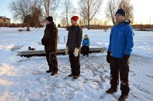 Föräldrarna Pär Evjen, Anna Evjen och Kenneth Andersson följer barnens match.