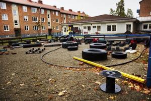 En förskolegård borde inte se ut som på förskolan Hjorten i Östersund. Personalen är missnöjd och saknar något som skuggar då det på sommaren blir för varmt för dem och barnen att vistas ute på gården.