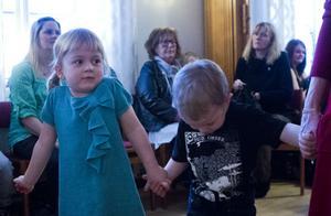 Henny Halldin Rydell, 5 år, från Hammarbyhöjden i Stockholm, följde med mormor och morfar på julgransplundring.– Det är tråkigt att julen är slut. Det bästa var att vi fick en nu kälke.