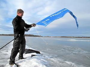 Redo för lopp. André Axelsson som är en av Arosrännets arrangörer förbereder starten vid Norra Björnön. Loppet går via Östra holmen, Lillåudden och Öster Mälarstrand.