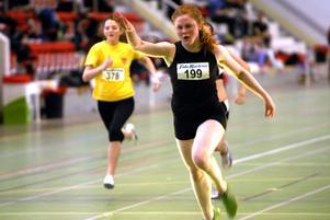 Snabbast av alla flickor över 60 meter, oavsett åldersklass, var Clara Bogfors, Hallens SK, som var den enda som gick under åtta sekunder. Hon tävlade i F15 och fick tiden 7,83.