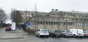 Sjukhusbyggnaden har ett stort renoveringsbehov, men det är rätt av Nynäshamns kommun att köpa den, menar Patrik Isestad (S).