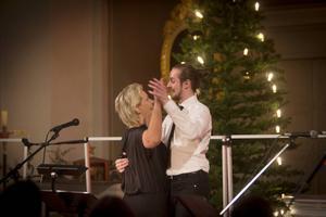 Peter Hjelm passade på att bjuda upp Lillemor till dans innan det var dags för hans solo.