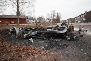 Husvagnen som brann stod vid Abrahamsgården. På tisdagsförmiddagen låg vraket kvar.