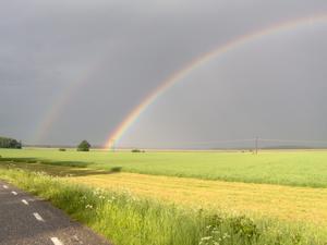 Regnbågen bildade bro över Asköviken söndagkväll den 13 juni