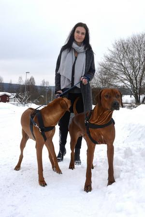Ulrika Engblom med hundarna Dexter och Alice.