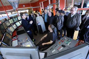 Ambassadörer från ett 40-tal länder följer produktionen vid Bergkvists såg i Insjön via monitorer.