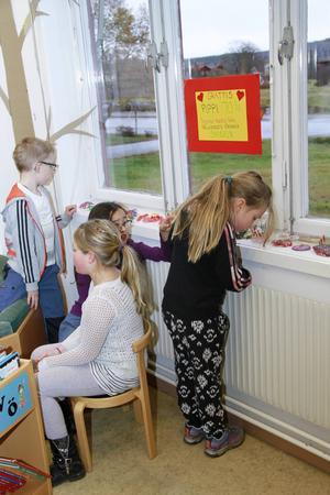 Emil Sundman Selander, Alva Eriksson, Amilia Riley och Hilma Rosvall tittar på Bållebergsbarnens födelsedagstårtor.