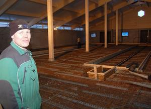 Per-Arne i den blivande lagården som ska vara i drift i april. Satsningen är på totalt 7,2 miljoner kronor.
