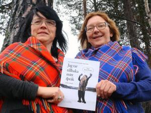 Sylvia Sparrock och Jane Juuso visar stolta upp den nylanserade boken