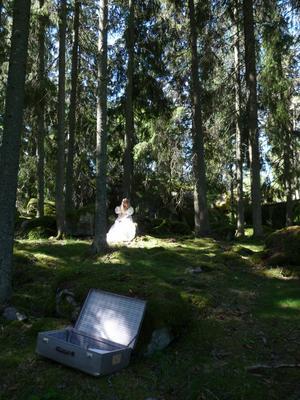 Jag kunde inte låta bli att tänka på mitt eget bröllop förra veckan, så min brudklänning från 1992 letades fram. Min dotter fick vara modell och hon blev som en älva i skogen! Klänningen förvaras i resväskan som syns i förgrunden.